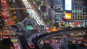 Mądrze miasto Pieniężni okręgu i drapacza chmur budynki Widok z lotu ptaka Bangkok centrum miasta przy nocą, ThailandSmart miasto zdjęcie wideo
