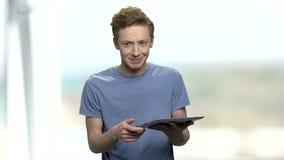 Mądrze nastoletni chłopak daje wykładowi zdjęcie wideo