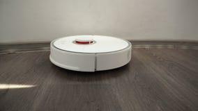 Mądrze nowożytny próżniowy czysty czyści laminat drewnianej podłogi pod stołem zdjęcie wideo