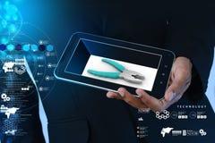 Mądrze ręka pokazuje mądrze telefonowi remontowej usługa pojęcie Fotografia Stock