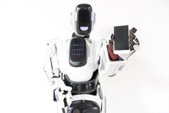 Mądrze robot trzyma jego gadżet Obraz Royalty Free