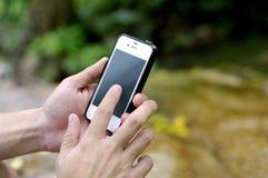 Mądrze telefon w naturze obraz stock