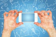 Mądrze telefon w rękach i biznesów nakreśleniach Zdjęcia Royalty Free