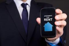 Mądrze telefon z nieruchomości zastosowaniem w biznesowego mężczyzna ręce Zdjęcia Royalty Free