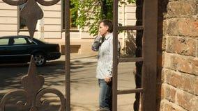 Mądrze telefonu mężczyzna dzwoni na telefonie komórkowym zdjęcie wideo