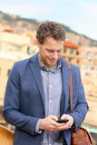 Mądrze telefonu młody miastowy biznesmen na smartphone Obrazy Stock