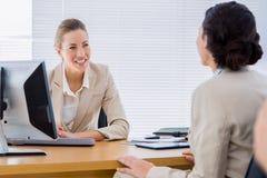 Mądrze ubierający bizneswomany w biznesowym spotkaniu Fotografia Royalty Free