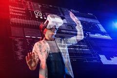 Mądrze uczeń dotyka hologram podczas gdy będący ubranym rzeczywistość wirtualna szkła Obraz Stock