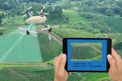 Mądrze uprawia ziemię pojęcie, trutnia use technologia w rolnictwo dowcipie Zdjęcia Royalty Free