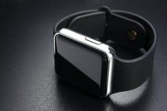 Mądrze wristwatches na czerni obrazy royalty free