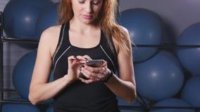 Mądrze zegarek pokazuje tętno ćwiczyć kobiety w gym zbiory