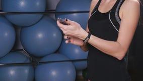 Mądrze zegarek pokazuje tętno ćwiczyć kobiety w gym zdjęcie wideo