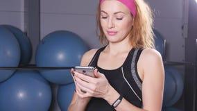 Mądrze zegarek pokazuje tętno ćwiczyć kobiety w gym zbiory wideo