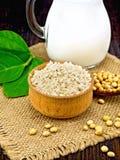 Mąk soje w pucharze z soją i liściem na pokładzie zdjęcia royalty free