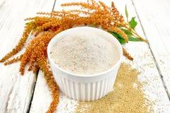 Mąka amarant w białym pucharze na pokładzie zdjęcie royalty free
