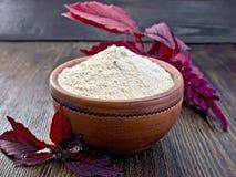 Mąka amarant w glinianym pucharze na zmrok desce obrazy royalty free