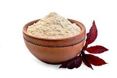 Mąka amarant w glinianym pucharze z purpurami kwitnie fotografia stock