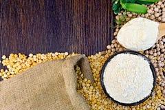 Mąka groch w łyżce i chickpeas w pucharze na pokładzie Fotografia Royalty Free