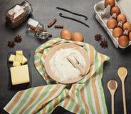 Mąka, masło i jajka, dla ciasta, pikantność, na popielatej powierzchni obrazy stock