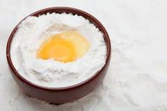 Mąka z jajkiem w pucharze zdjęcia stock