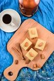Mąki halava z migdałami słuzyć na indygowym płótnie z czarnym coff Zdjęcia Royalty Free