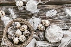 Mąki i przepiórki jajka Składniki dla kucharstwa tabela drewna  Obrazy Royalty Free