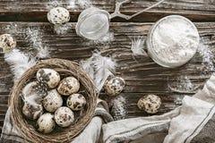 Mąki i przepiórki jajka Składniki dla kucharstwa tabela drewna  Zdjęcie Stock