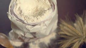 Mąki torba na drewnianym stole, bukiet banatka, toczna szpilka i drewniana łyżka, zdjęcie wideo