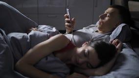 Męża cyganienie na żonie online przez telefonu komórkowego zbiory wideo