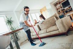 Męża housekeeping i cleaning pojęcie zdjęcia royalty free