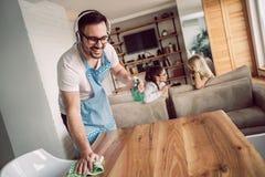 Męża housekeeping i cleaning pojęcie obrazy royalty free