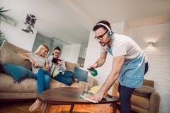 Męża housekeeping i cleaning pojęcie fotografia royalty free