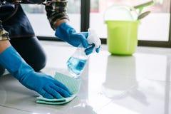 Męża housekeeping i cleaning pojęcie, Szczęśliwy młody człowiek w bl obraz stock