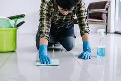 Męża housekeeping i cleaning pojęcie, Szczęśliwy młody człowiek w bl obrazy royalty free
