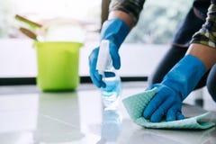 Męża housekeeping i cleaning pojęcie, Szczęśliwy młody człowiek w bl zdjęcia royalty free