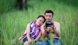Męża i żony Tajlandzcy rolnicy w ryżu polu fotografia stock
