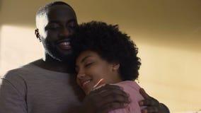 Męża przytulenia żona, rodzinny związek, harmonijni powiązania, zrozumienie zbiory