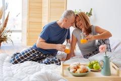 Męża wzruszający czoło żona ma śniadanie wpólnie obrazy stock