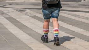 Mężczyźni iść na piechotę w kolorowych tęcz skarpetach na ulicznym tle, strzał w Sztokholm, Szwecja, horyzontalny, kopii przestrz zdjęcie royalty free
