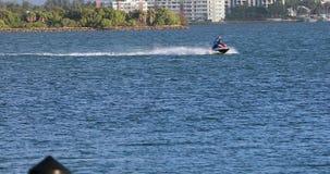 Mężczyźni Jedzie Dżetową nartę Przy Wysoką prędkością W Miami zatoce zdjęcie wideo