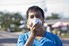Mężczyźni jest ubranym zanieczyszczenie maski i małego pył obraz stock