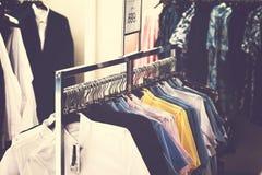 Mężczyźni odziewają w sklepie M??czyzna Odziewa? M??czyzna mody poj?cie fotografia stock
