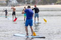 mężczyźni paddling w oceanie obrazy royalty free