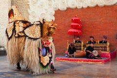 Mężczyźni tanczy tradycyjnego Keris tanczą w balijczyka Barong kostiumu obrazy stock