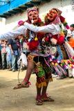 Mężczyźni tanczy typowe maski i jest ubranym przy Paucartambo's festiwalem religijnym Virgen Del Carmen zdjęcie stock