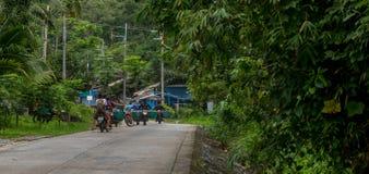 Mężczyźni w wioska jeździeckich motocyklach i odtransportowań warzywach zdjęcia stock