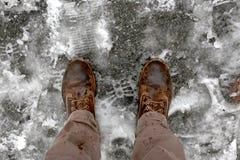 Mężczyzn butów widok na śniegu z góry zakrywał betonowego bruk z kopii przestrzenią dla twój teksta zdjęcia stock