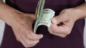 Mężczyzn chwyty, obraca, w rękach paczka dolary zdjęcie wideo