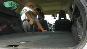 Mężczyzn chwyty siwieją plastikowego hoover węża elastycznego vacuuming auto kabinę zbiory wideo