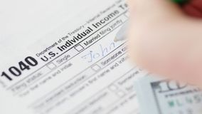 Mężczyzn odliczający dolary i podsadzkowa podatek forma zdjęcia royalty free